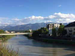 Villach met de rivier de Drau