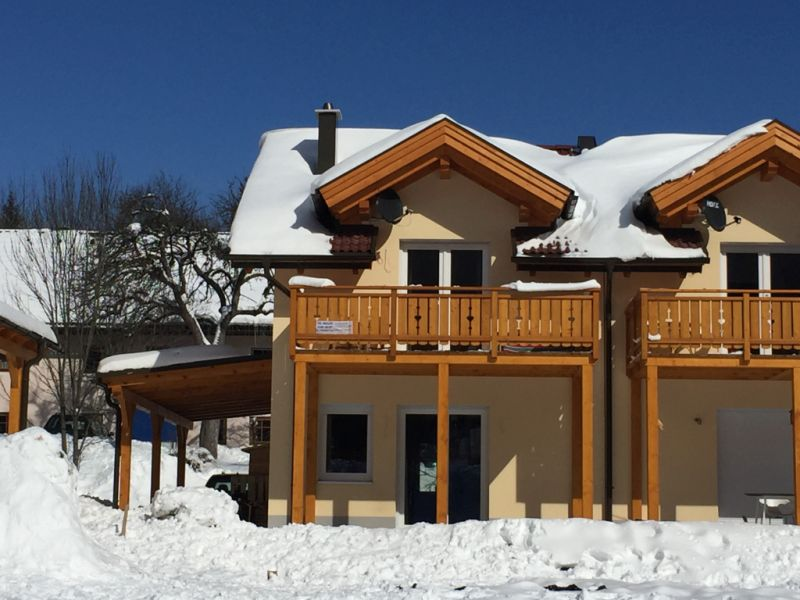 aanzicht huis in de sneeuw
